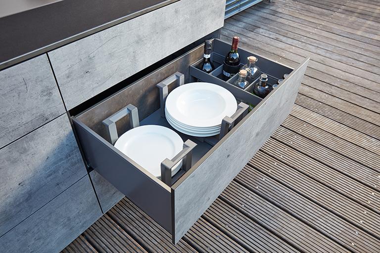 bbqtion outdoorküche insellösung schublade mit tellern aqua-saar